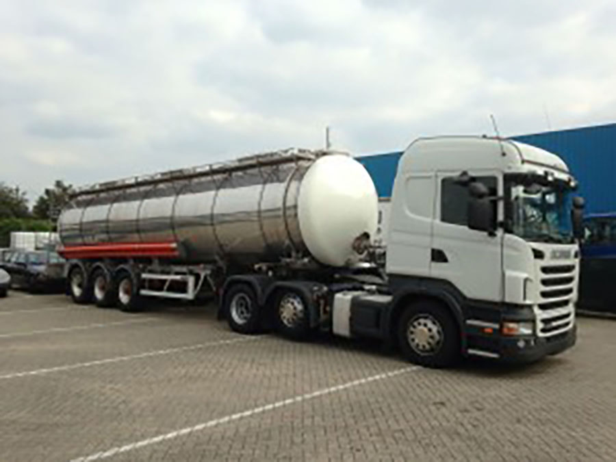 One-of-our-Emergency-Water-Tankers-making-a-delivery-to-a-chilled-food-producer-300x225-1